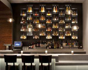 In de bar moet voldoende werk verlichting zijn voor werknemers en genoeg sfeer verlichting voor barklanten.