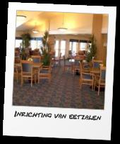 Stapelbare restaurantstoelen in een hotel eetzaal.