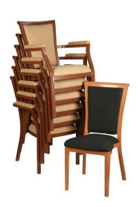 Stapelbare restaurantstoel van aluminium met hout look.