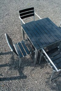 Goedkoop terrasmeubilair van aluminium en composiet planken.