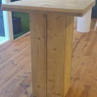 Je kunt deze kant en klare tuintafel kopen of zelf maken van steigerhout.